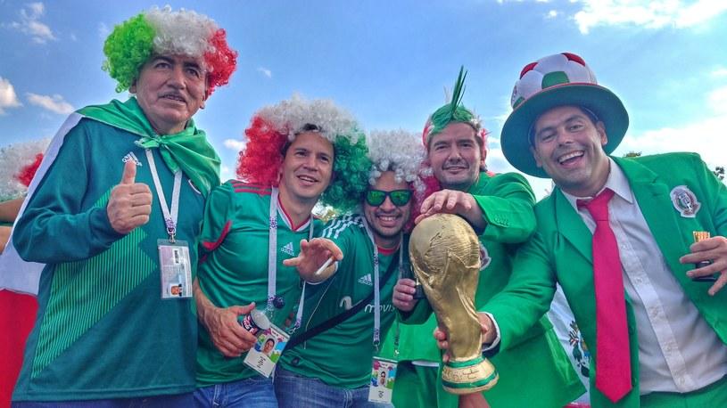 Meksykańscy kibice przybyli pod stadion z własnym pucharem /Rafał Walerowski /INTERIA.PL