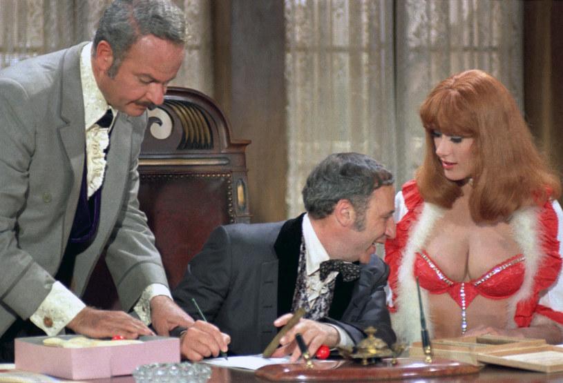"""Mel Brooks (w środku) w scenie z """"Płonących siodeł"""" /Warner Bros entertainment Inc/Collection Christophel /East News"""