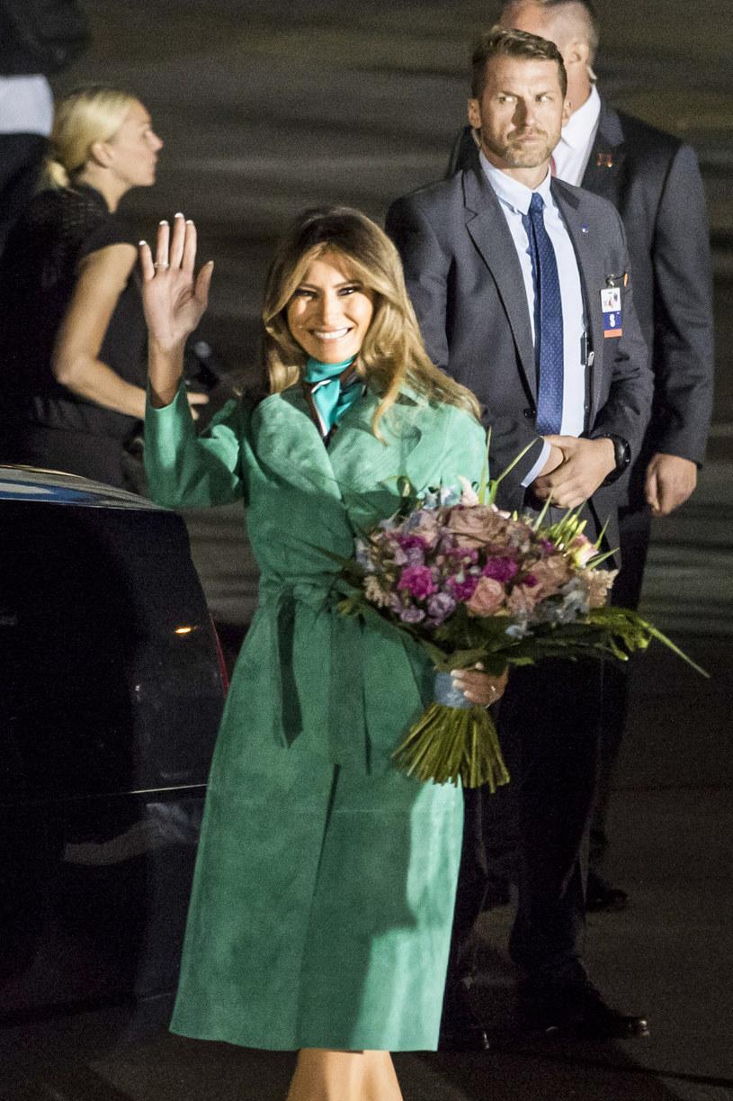 Melania Trump na warszawskim lotnisku zaprezentowała się w zielonym płaszczu i stylowej apaszce /East News