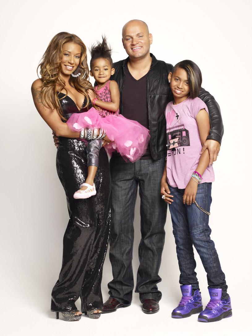 Melanie z mężem Stephenem i dwoma córeczkami tworzą szczęśliwą rodzinę  /materiały prasowe