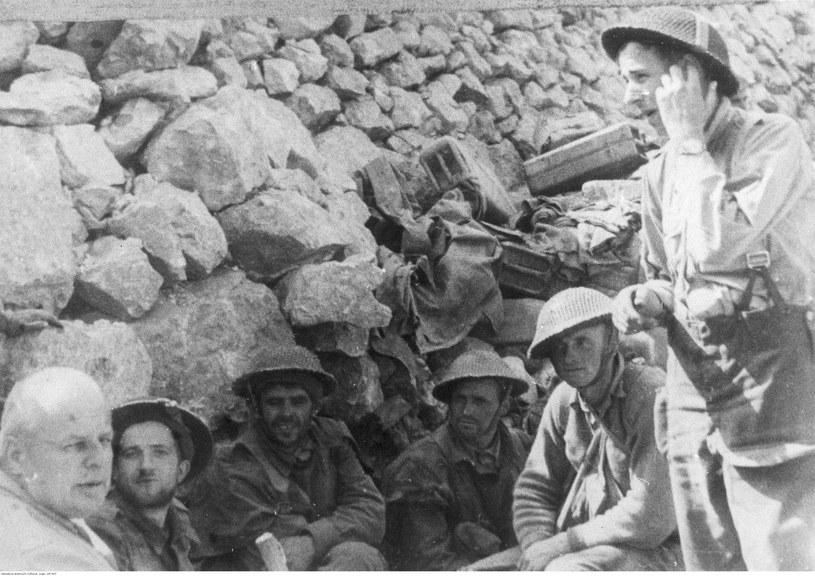 Melchior Wańkowicz w rozmowie z żołnierzami pod Monte Cassino /Z archiwum Narodowego Archiwum Cyfrowego
