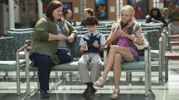 """Melissa McCarthy, Jaeden Lieberher i Naomi Watts w scenie z filmu """"Mów mi Vincent"""" /materiały dystrybutora"""