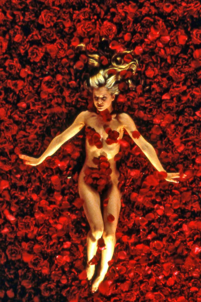 Mena Suvari w jednej z najsłynniejszych scen w historii kina /Collection Christophel /East News