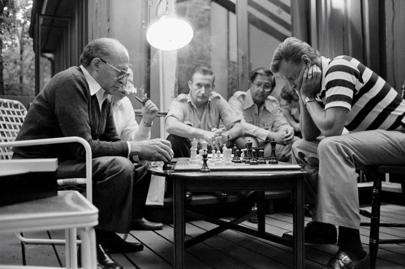 Menachem Begin, premie Izraela (z lewej) oraz Zbigniew Brzeziński, doradca do spraw bezpieczeństwa USA, w trackie partii szachów w Camp David /wikipedia.pl /
