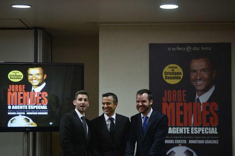 Mendes (w środku) podczas premiery swojej książki /AFP