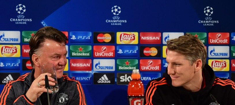 Menedżer Manchesteru United Louis van Gaal obok Bastiana Schweinsteigera /AFP