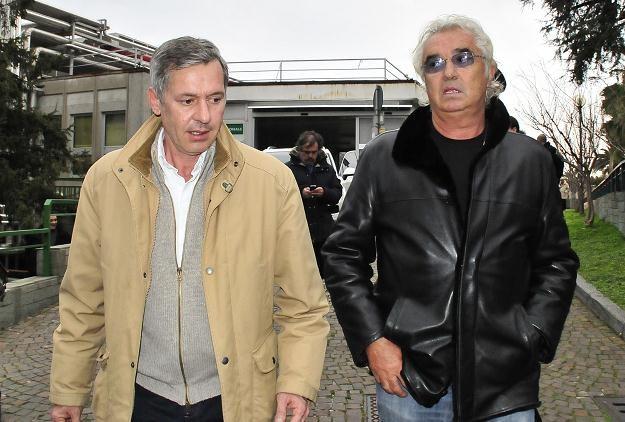 Menedżer Roberta, Daniele Morelli i Flavio Briatore przed szpitalem /AFP