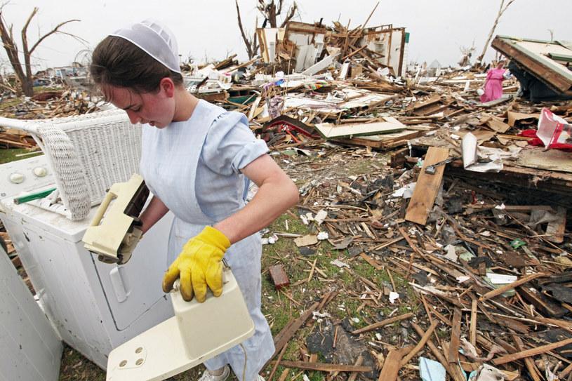 Mennonicka kobieta pomaga sprzątać zniszczone domy po tornadzie w Joplin, Missouri w 2011 roku /Associated Press /East News