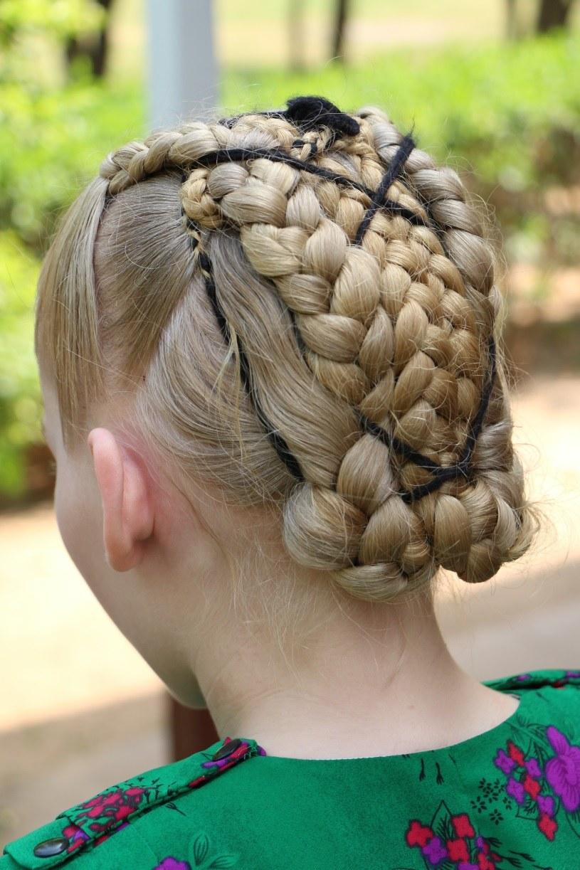 Menonitki misternie zaplatają włosy /Gabriella Lundhaw /materiał zewnętrzny