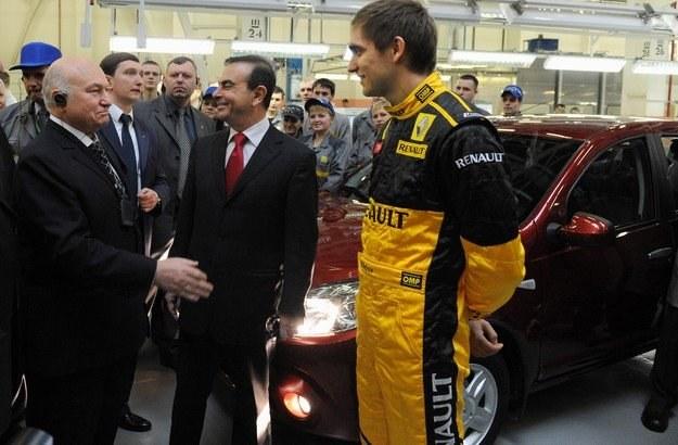 Mer Moskwy Jurij Łużkow, szef Renault Carlos Ghosn i Witalij Pietrow w moskiewskiej fabryce Renault /AFP