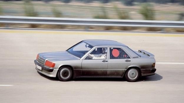 Mercedes 190 E 2.3-16 miał 4-cylindrowy silnik z głowicą opracowaną przez Coswortha. To pierwsza jednostka Mercedesa z 4 zaworami na cylinder od 1914 roku. /Mercedes