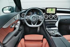 Mercedes C 220 BlueTec Kombi: kokpit wykonano z bardzo dobrych materiałów. Stylistyka robi wrażenie, ale obsługa auta, szczególnie w obrębie multimediów, jest mocno utrudniona. /Motor