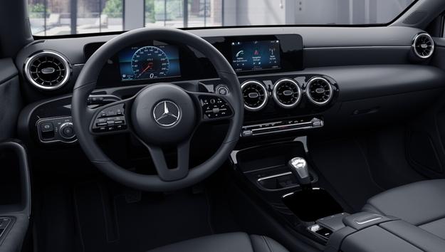 Mercedes klasy A - wnętrze bazowej wersji /Mercedes