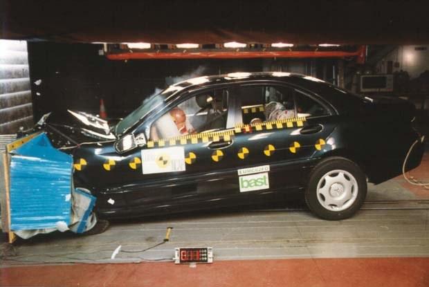 Mercedes klasy C w zderzeniu czołowym (kliknij) /INTERIA.PL