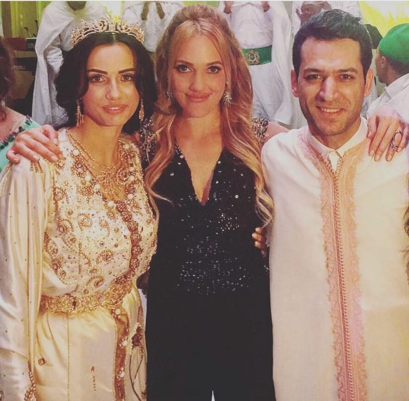 """Meryem Uzerli (w środku) na planie """"Królowej..."""" zaprzyjaźniła się z Muratem, dlatego nie mogła przegapić jego wesela. /Świat Seriali"""
