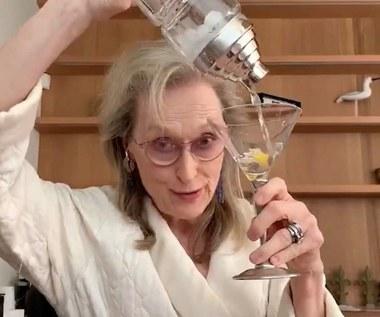 Meryl Streep w szlafroku i z drinkiem