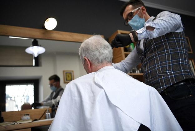 Męski salon fryzjerski w Przemyślu na zdjęciu ilustracyjnym /Darek Delmanowicz /PAP