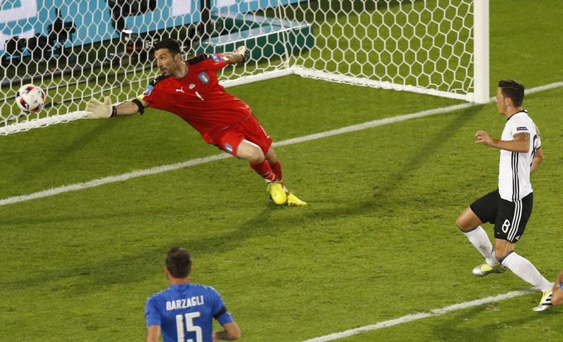 Mesut Oezil strzela gola dla Niemców /PAP/EPA