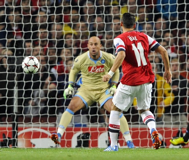 Mesut Oezil strzela gola na 1-0 /PAP/EPA