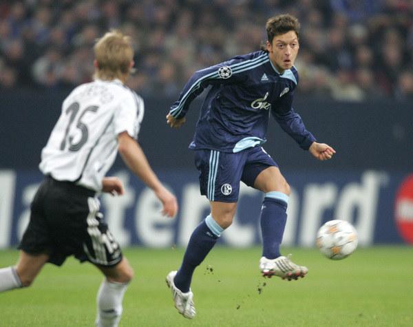 Mesut Oezil w barwach Schalke w 2007 roku /AFP