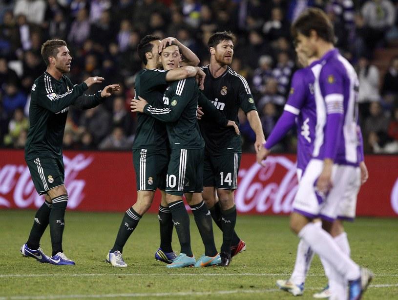 Mesut Oezil (w środku) przyjmuje gratulacje po zdobyciu gola dla Realu Madryt /AFP