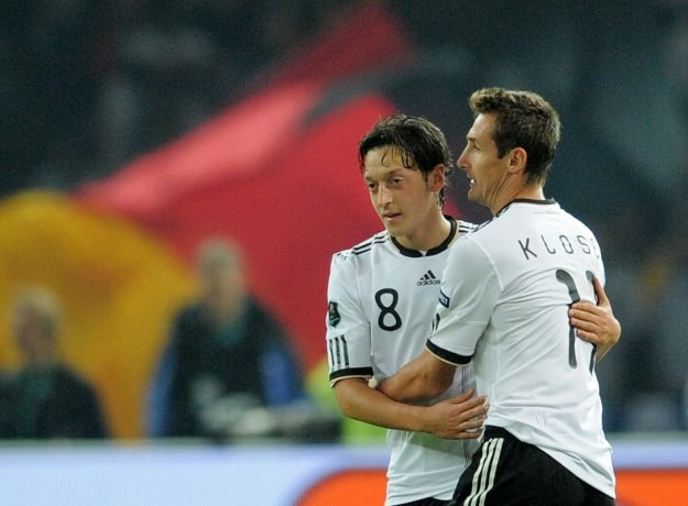 """Mesut Oezil (z lewej) i """"Miro"""" Klose przekreślili nadzieje tureckich kibiców /AFP"""