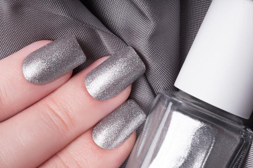 Metaliczne paznokcie to prawdziwy hit jesieni /123RF/PICSEL