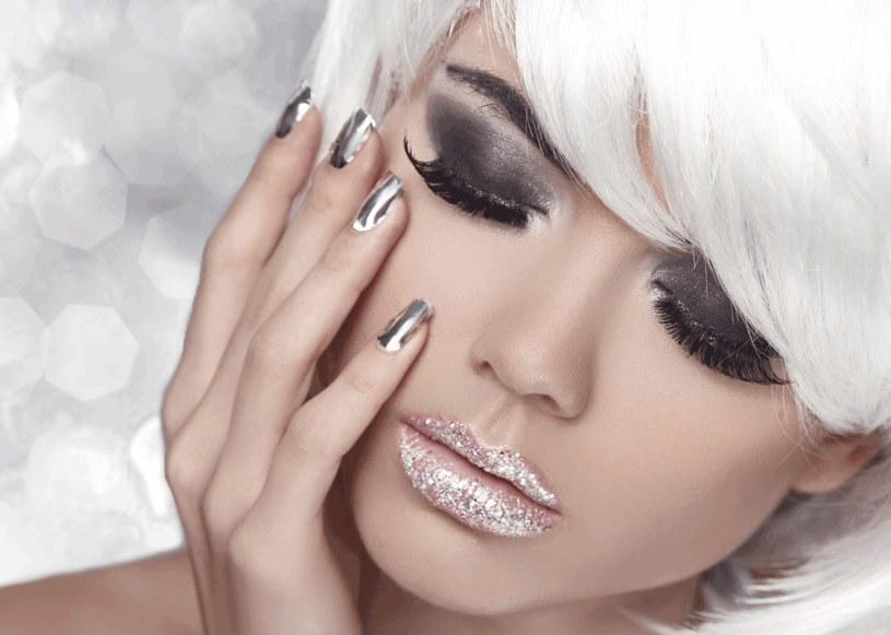 Metaliczny manicure /123RF/PICSEL