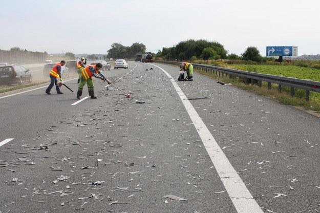 Metalowe ścinki rozsypały się na odcinku prawie 200 metrów /Policja /Policja