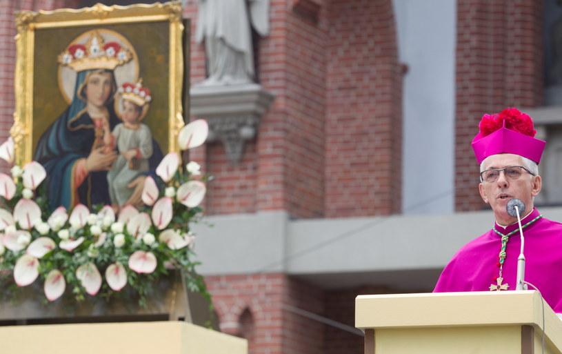 Metropolita katowicki abp Wiktor Skworc podczas mszy św. /PAP