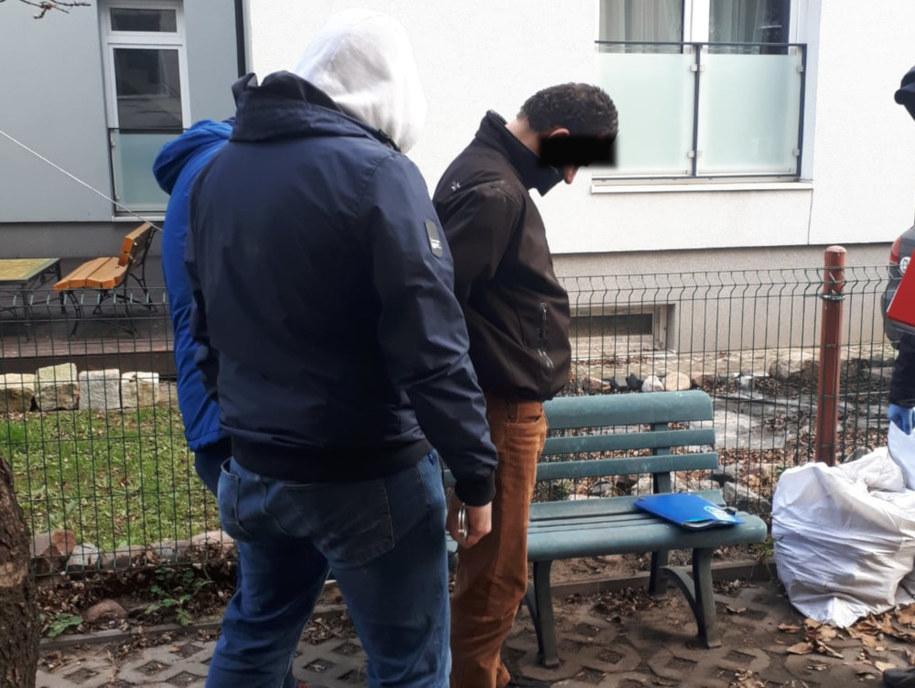 Mężczyzna był bardzo zdziwiony, kiedy policjanci pojawili się w jego mieszkaniu /KPP Otwock