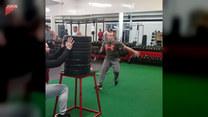 Mężczyzna ćwiczy wskakując na obciążenia