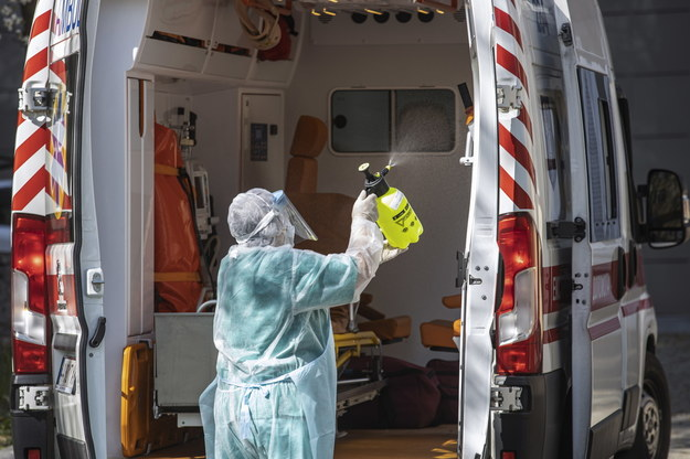Mężczyzna dezynfekujący karetkę na Ukrainie /VLAD STASOV /PAP/EPA