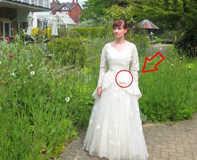 Mężczyzna dołączył do sukni tajemniczą karteczkę /ebay.co.uk /INTERIA.PL