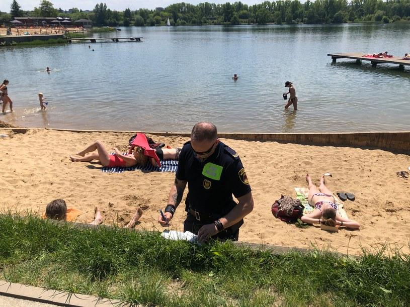 Mężczyzna fotografował na Bagrach dziewczynki ubrane w kostiumy kąpielowe, kadrując ich części intymne. Został zatrzymany. /Straż Miejska Kraków /facebook.com