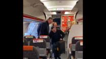 Mężczyzna korzysta z okazji i tańczy na pokładzie samolotu