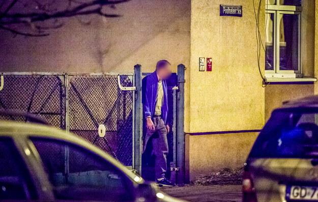 Mężczyzna, który groził wysadzeniem budynku, wychodzi z kamienicy przy ul. Podhalańskiej /Tytus Żmijewski /PAP