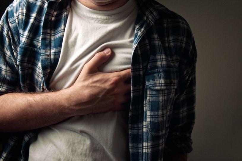 Mężczyzna, który wykona 40 pompek z rzędu jest mniej narażony na choroby serca /123RF/PICSEL