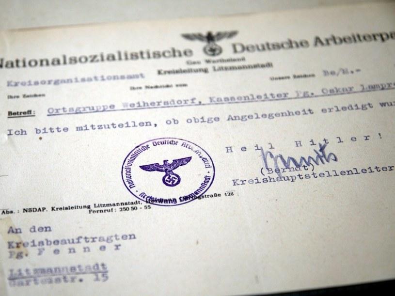 Mężczyzna miał zakupić archiwalne dokumenty na jednym z warszawskich targowisk /Policja