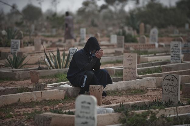 Mężczyzna modli się na cmentarzu w Bengazi /AFP