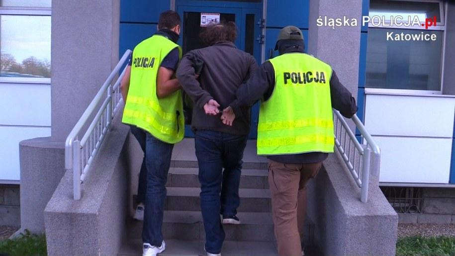 Mężczyzna na przystanku autobusowym zaatakował kontrolerów gazem i nożem /slaska.policja.gov.pl /Policja