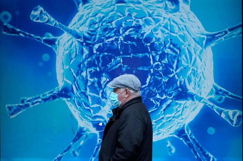 Mężczyzna na tle plakatu w Oldham /Christopher Furlong /Getty Images
