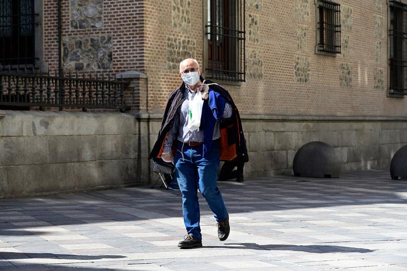 Mężczyzna na ulicach Hiszpanii /AFP