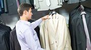 Mężczyzna na zakupach. Jak kupować, żeby zaoszczędzić?