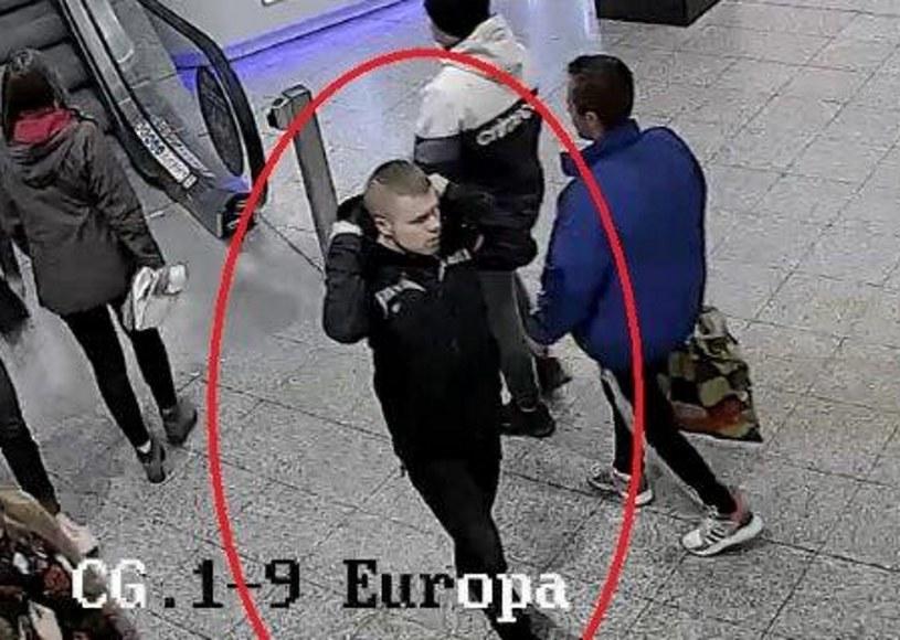 Mężczyzna obciął kobiecie włosy na jednej z ulic w Krakowie /malopolska.policja.gov.pl /