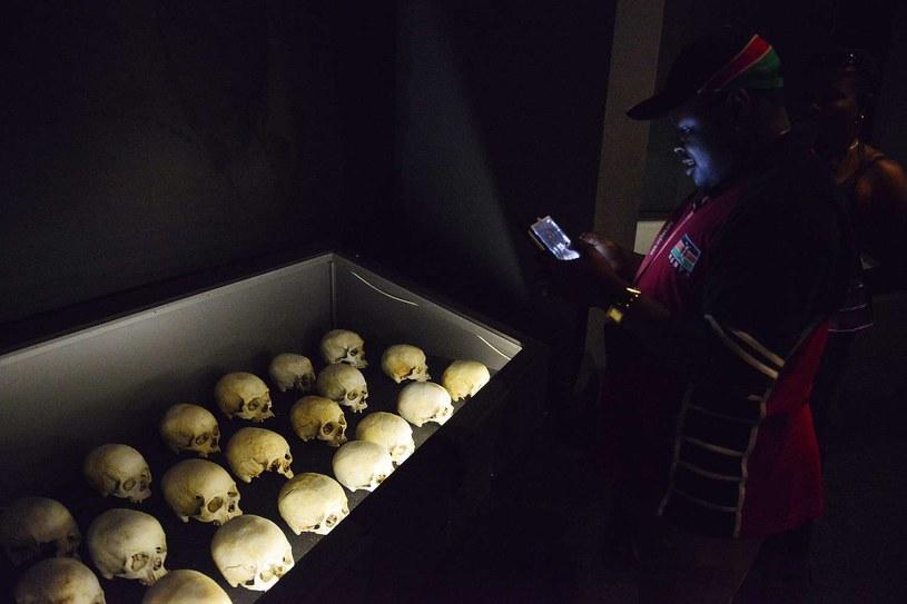 Męzczyzna odwiedzający wystawę w Kigali fotografuje szczątki ofiar ludobójstwa w Rwandzie /AFP
