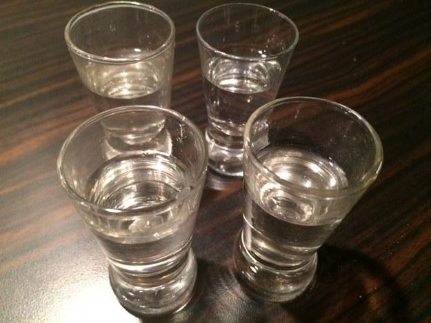 Mężczyzna pił ze znajomym alkohol w piwnicy. /RMF FM