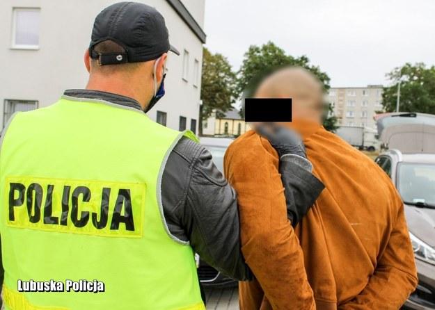 Mężczyzna podczas ucieczki wyrzucał narkotyki z samochodu /Policja