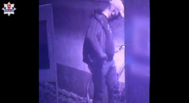 Mężczyzna poszukiwany przez policję w sprawie podpalenia punktu szczepień /Policja