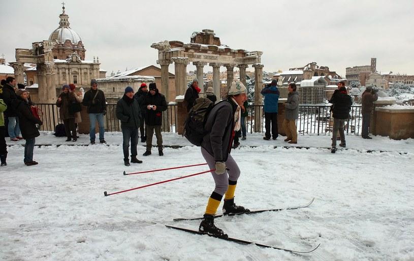 Mężczyzna przemierza Rzym na nartach (arch.) /AFP